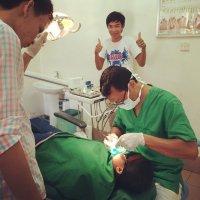 Dentysta wykonujący zabieg